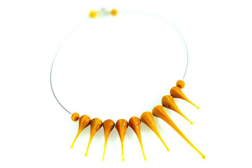 Gioielli contemporanei in vetro di Murano. Collana Artigli senape