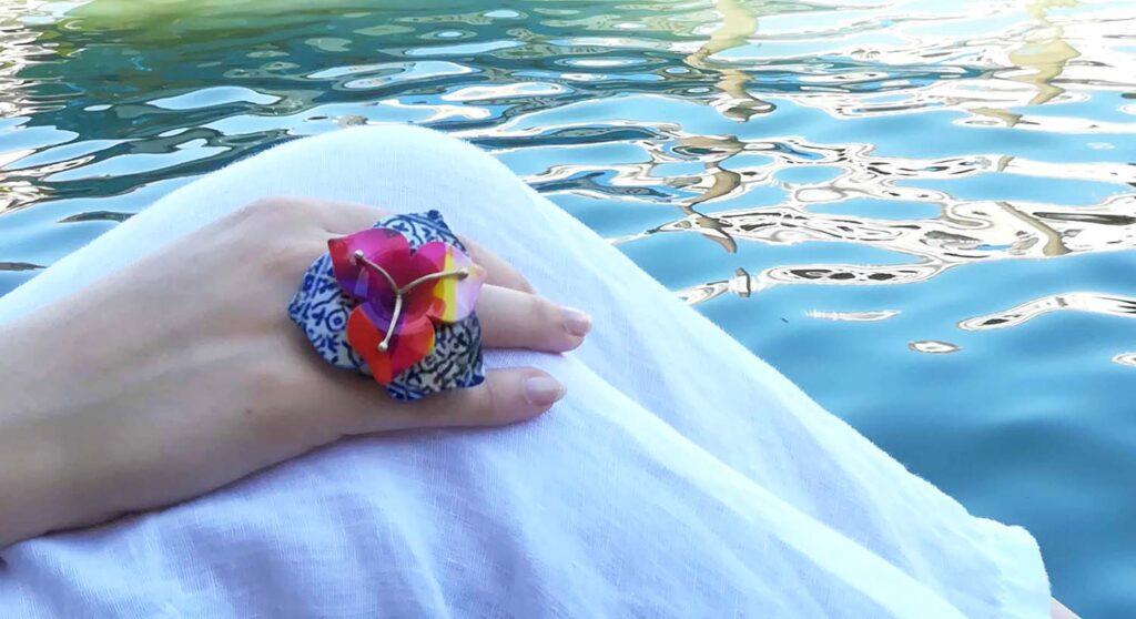 """Anello stampa 3D """"Talavera"""" della collezione """"Giardino di Alice"""". Divertente e colorato, questo anello dalla forma floreale ha gambo e corolla in argento e pistilli rivestii con galvanica colorata. I petali sono in nylon stampato in 3D con un rivestimento lucido multicolore che può essere personalizzato, su richiesta. Tecnica utilizzata: stampa 3D, microfusione."""