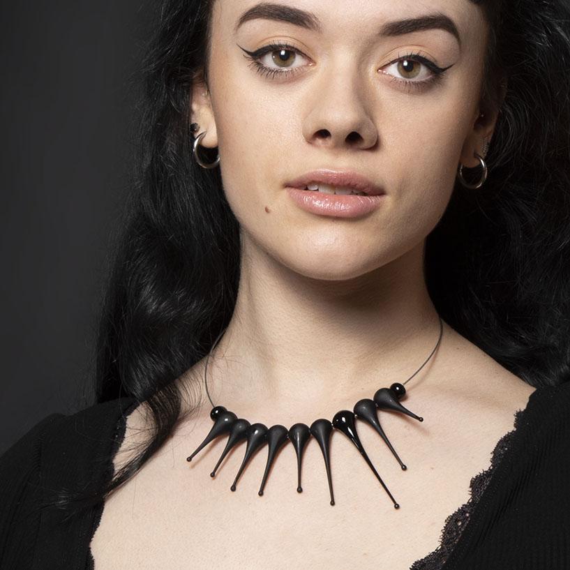 Collana Artigli satinata nera Olimpia Aveta Design gioielli contemporanei in vetro di Murano