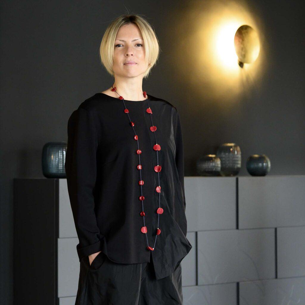 Collana Half and Half rosso ciliegia, Olimpia Aveta Design gioielli contemporanei in vetro di Murano